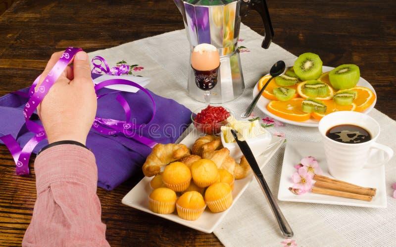 Hand op het ontbijt van de vadersdag royalty-vrije stock foto