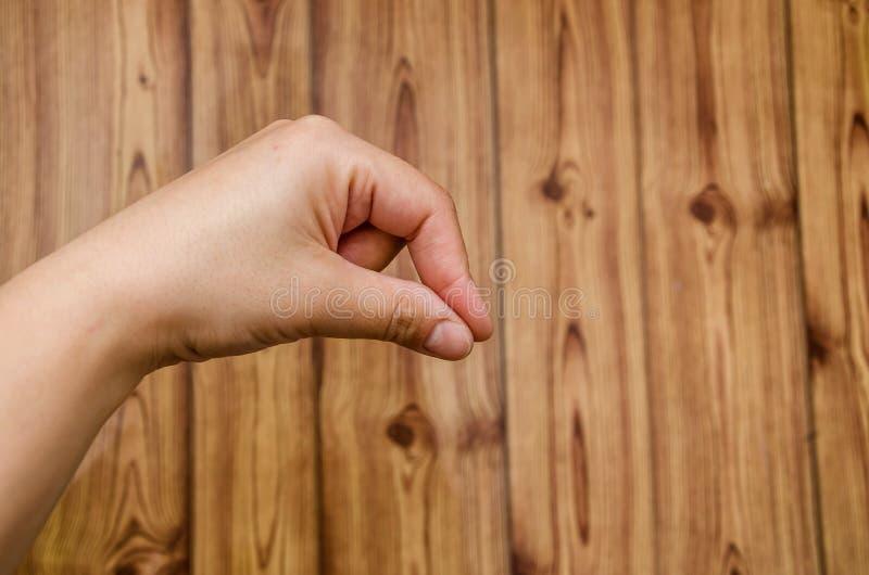 Hand op houten dichte omhooggaand als achtergrond royalty-vrije stock fotografie