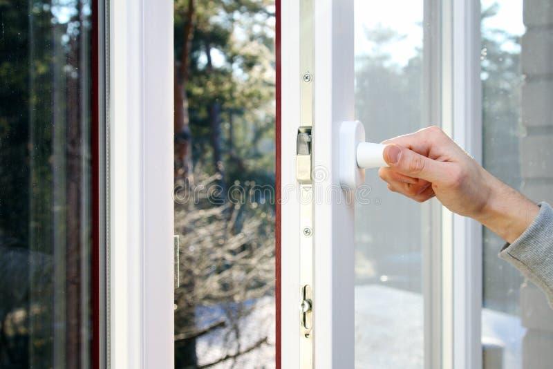 Hand open plastic venster stock fotografie