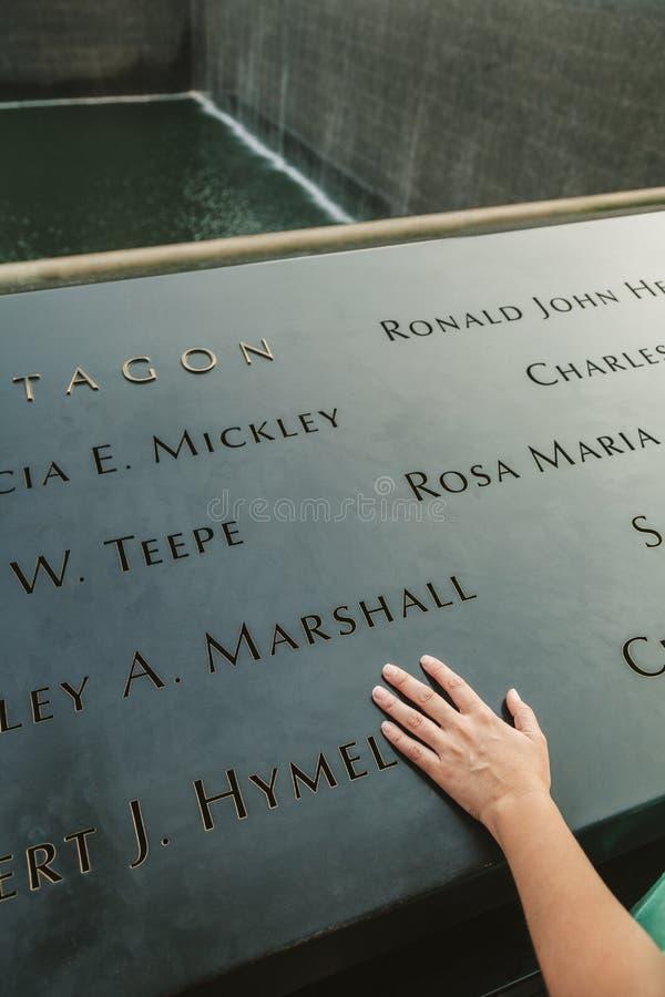 Hand på den nationella September 11 minnesmärken arkivbilder