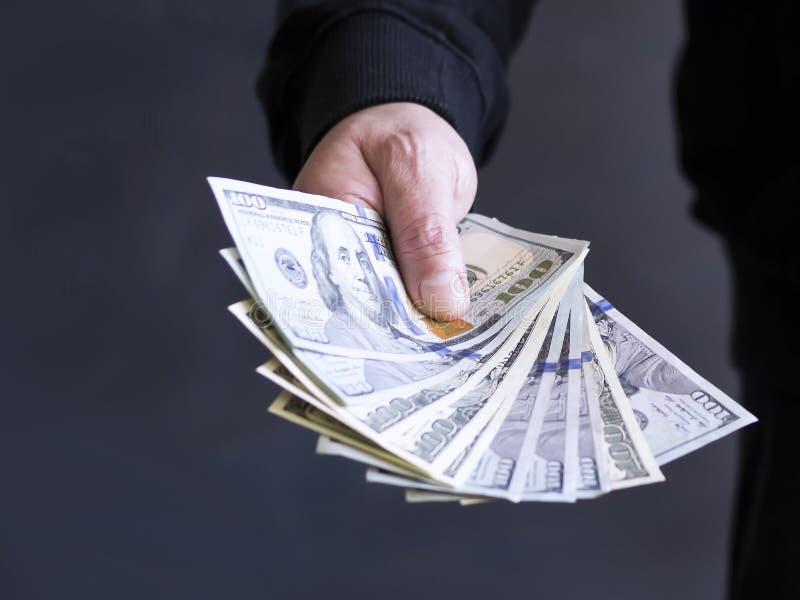 Hand på kassa Finans korruption Olagliga transaktioner royaltyfria bilder