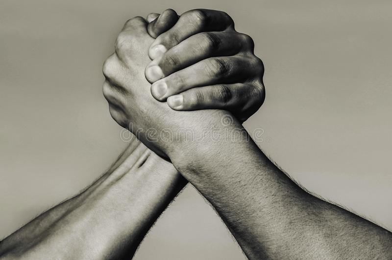 Hand, rivaliteit, versus, uitdaging, sterktevergelijking E Het concept van de rivaliteit De hand van de mens Twee mensen bewapene royalty-vrije stock foto