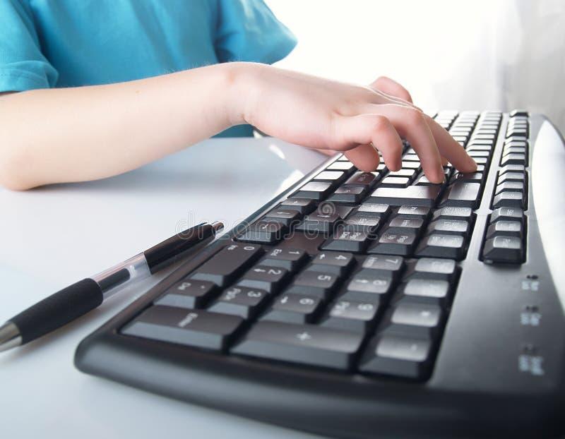 Hand s auf der Tastatur stockfotografie