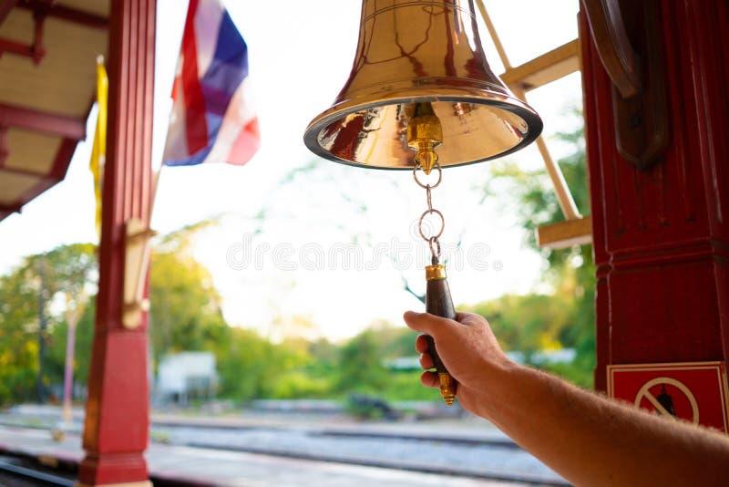 Hand schellt die Glocke Männliche Hand schellt die Glocke lizenzfreie stockfotos