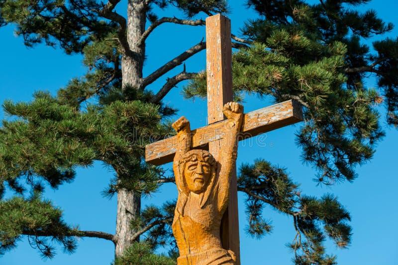 Hand schnitzte hölzerne katholische Jesus-Statue nahe Balaton See stockbilder
