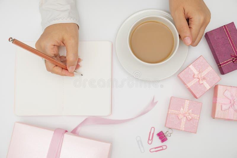 Hand schreibt auf Notizbuch stockfoto