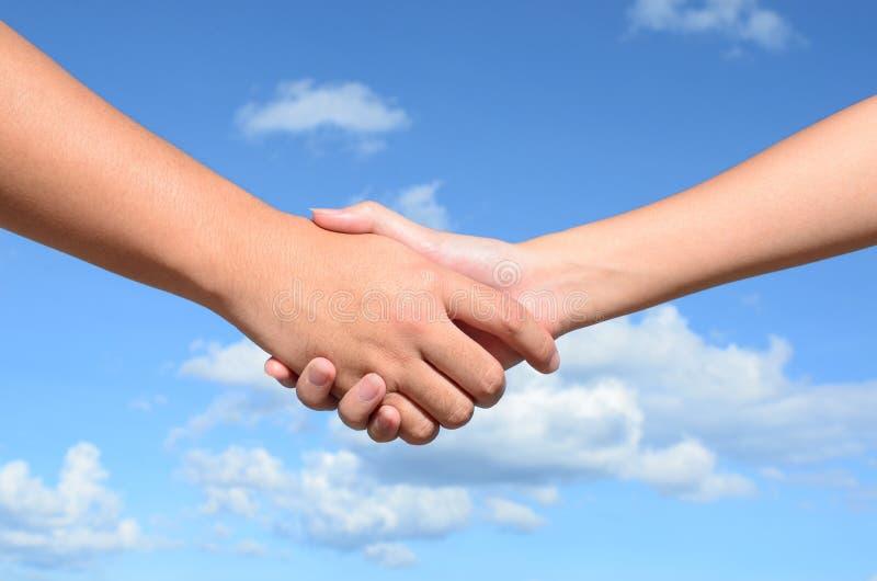 Hand shaken mellan en man och en kvinna royaltyfri fotografi