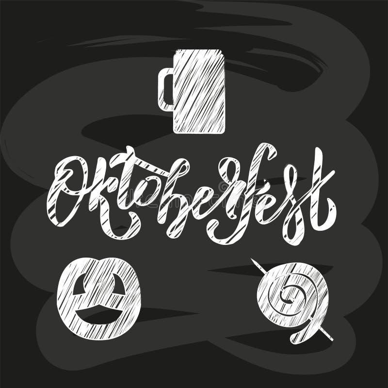 Hand skizzierte Oktoberfest-Beschriftung auf schwarzer Tafel mit Bild des Bierkrugs, Brezel, sausagee Flacher verkratzter Vektor vektor abbildung