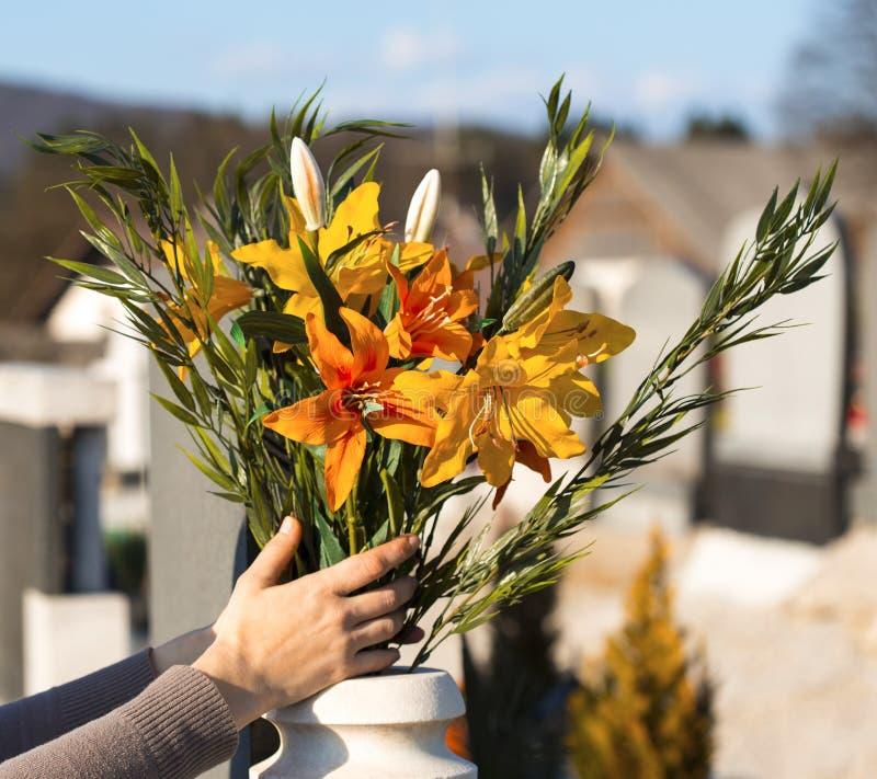Hand som förlägger blommor fotografering för bildbyråer