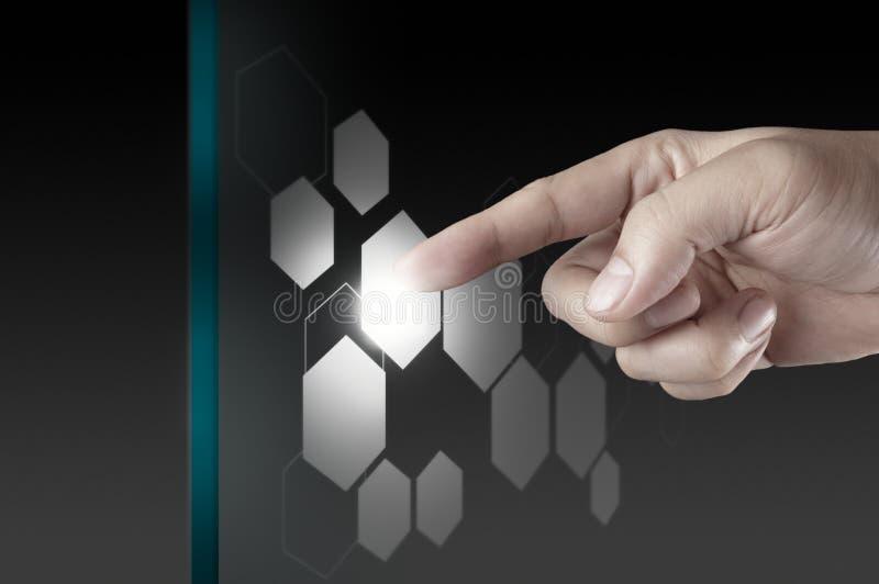 Hand som fungerar på modern teknologi arkivbild