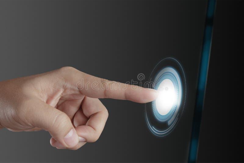 Hand som fungerar på modern teknologi arkivbilder