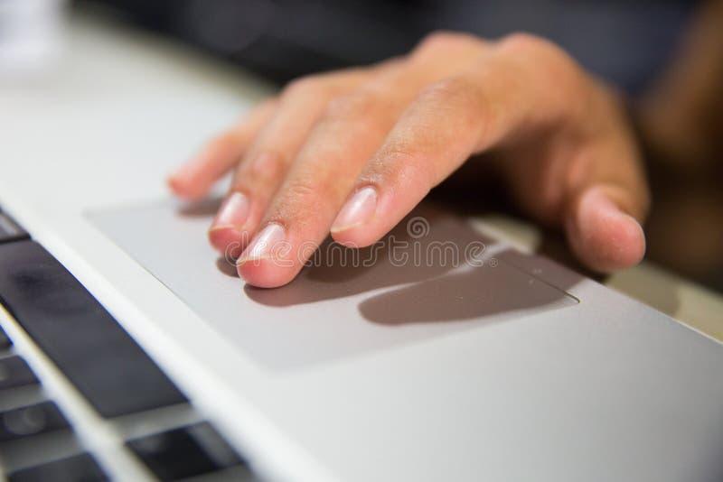 Hand som kontrollerar datoren royaltyfri bild