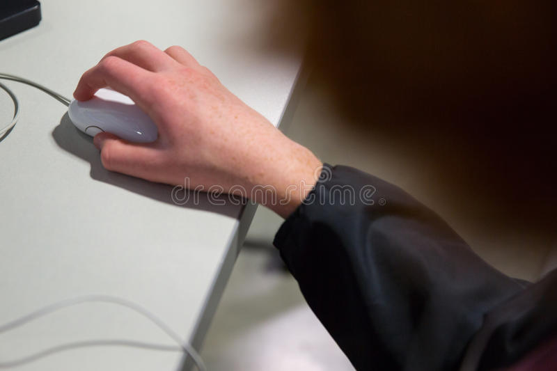 Hand som kontrollerar musen arkivfoton