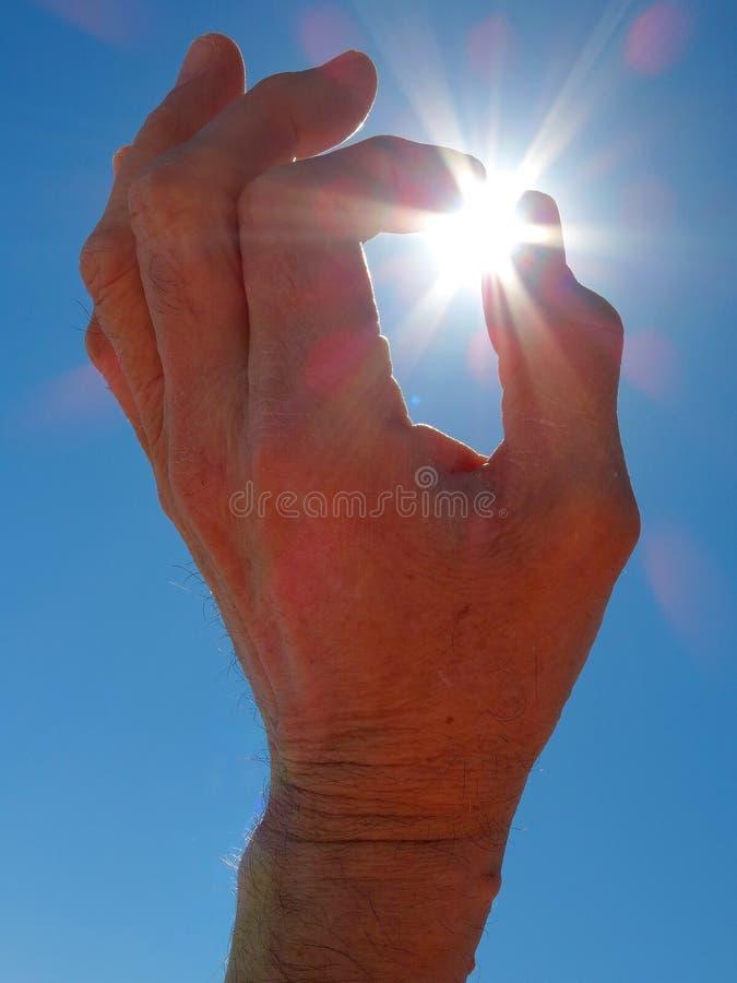 Hand som når för sol arkivfoton