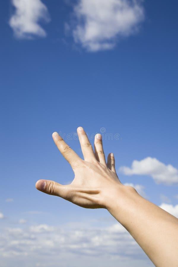 hand som ner skyen till upp royaltyfri foto