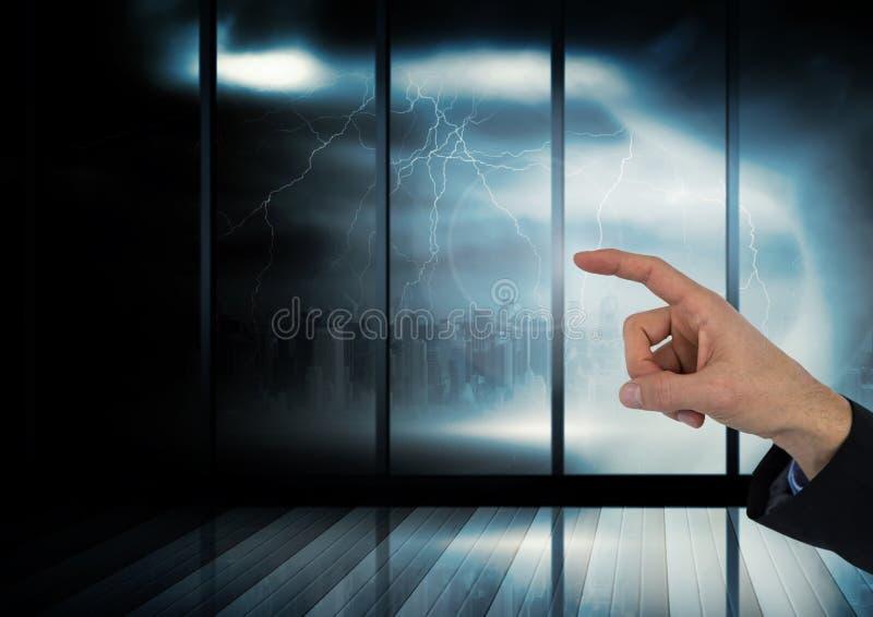 Hand som pekar på den mörka fönsterstormen royaltyfria foton