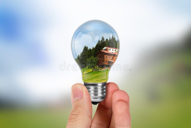 Hand som rymmer den ljusa kulan royaltyfria bilder