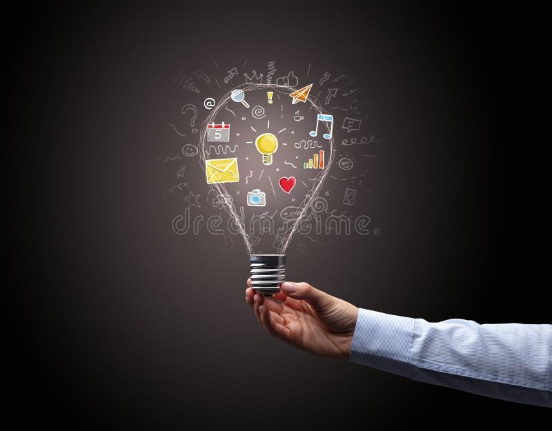 Hand som rymmer den ljusa kulan med apps vektor illustrationer