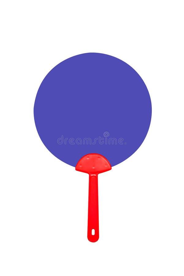 Hand som rymmer den röda och blåa plast- fanen som isoleras på vit arkivbild