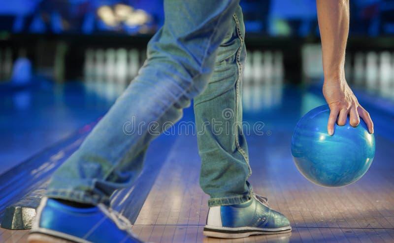 Hand som rymmer en bowlingklot arkivfoton