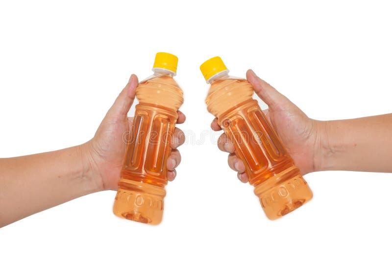 Hand som rymmer en flaska arkivfoto