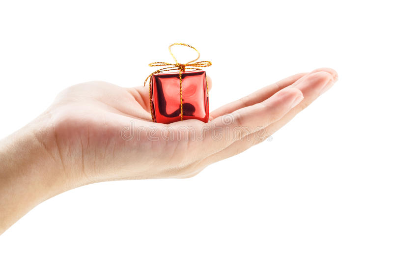 Hand som rymmer en liten röd gåvaask royaltyfria bilder