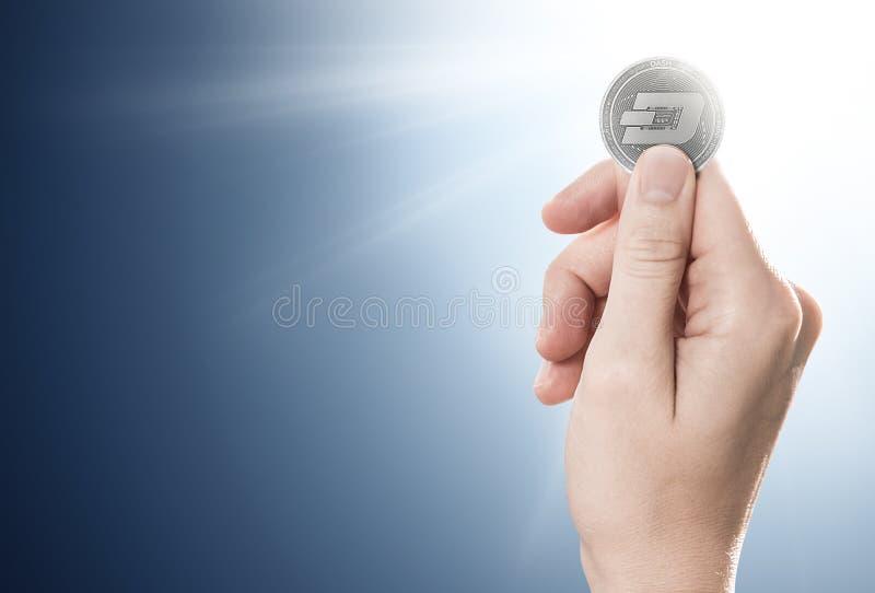 Hand som rymmer ett silverstreckmynt på en försiktigt tänd bakgrund med kopieringsutrymme arkivbilder