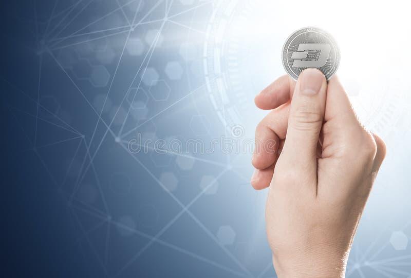 Hand som rymmer ett silverstreckmynt på en ljus bakgrund med blockchainnätverket Inklusive kopieringsutrymme arkivfoto