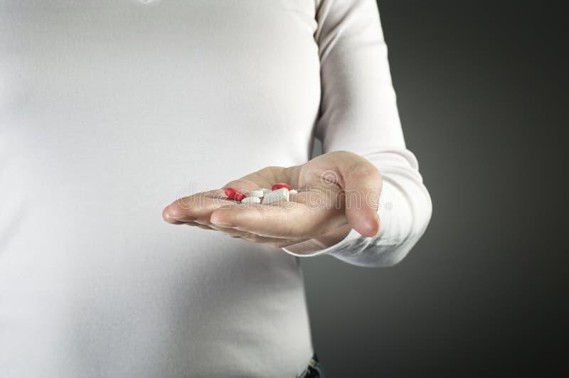 Hand som rymmer flera mediciner arkivfoton
