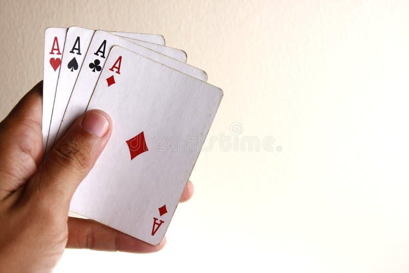 Hand som rymmer fyra överdängare av ett spela kortdäck arkivfoto