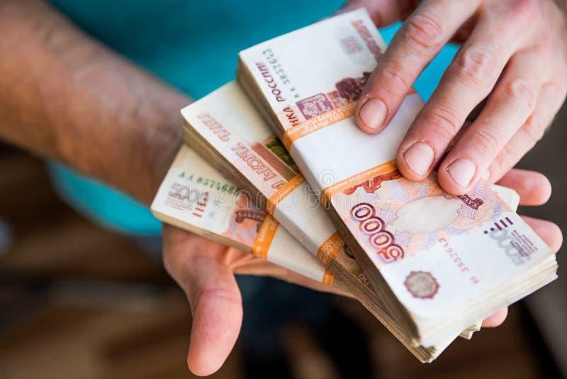 Hand som rymmer kassapapperspengar sedelutbyte Betala för service eller muta finansiell Analytics, lån, kassa, köp fotografering för bildbyråer