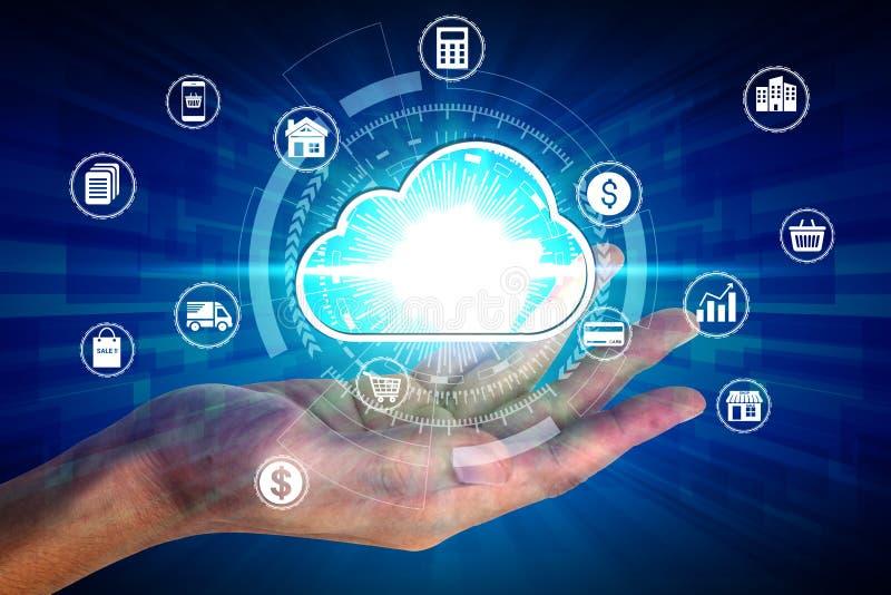 Hand som rymmer med den beräknande symbolen för faktiskt moln över nätverksanslutningen, teknologi för affär för skydd för Cybers royaltyfri fotografi