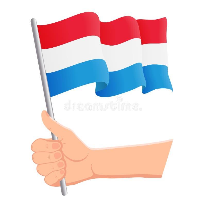 Hand som rymmer och vinkar nationsflaggan av Luxembourg r ocks? vektor f?r coreldrawillustration royaltyfri illustrationer