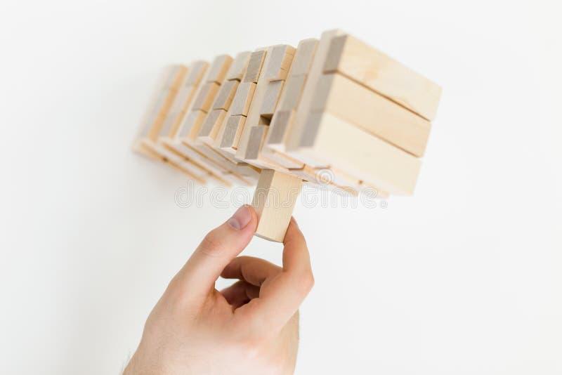 Hand som spelar med träkvarter royaltyfri bild