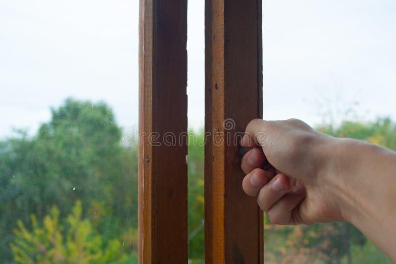 Hand som stänger fönstret royaltyfria foton