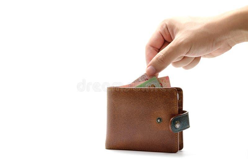 Hand som tar sedeln från plånboken på vit isolerad bakgrund royaltyfria bilder