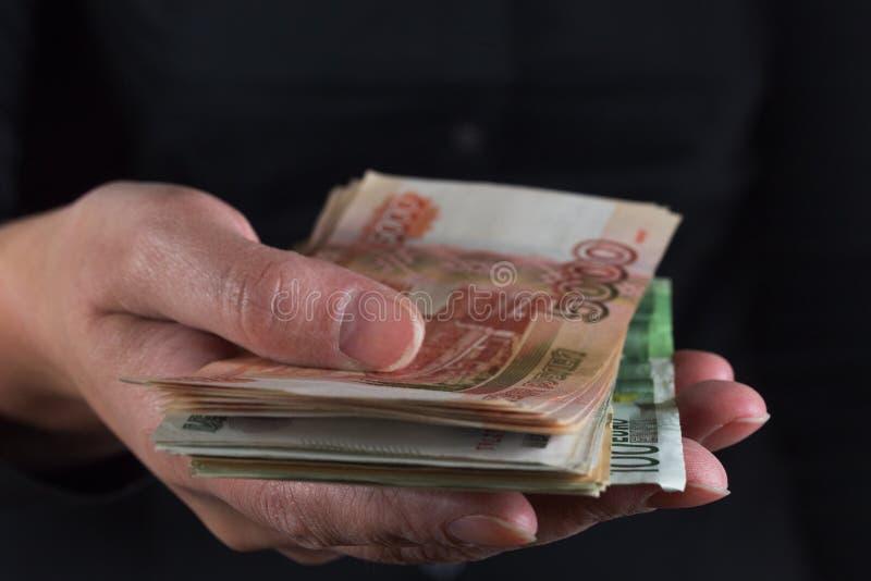 Hand som tas mycket pengar arkivbilder
