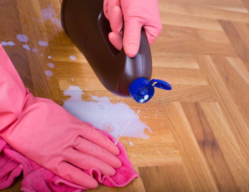 Hand som torkar golvet royaltyfria foton