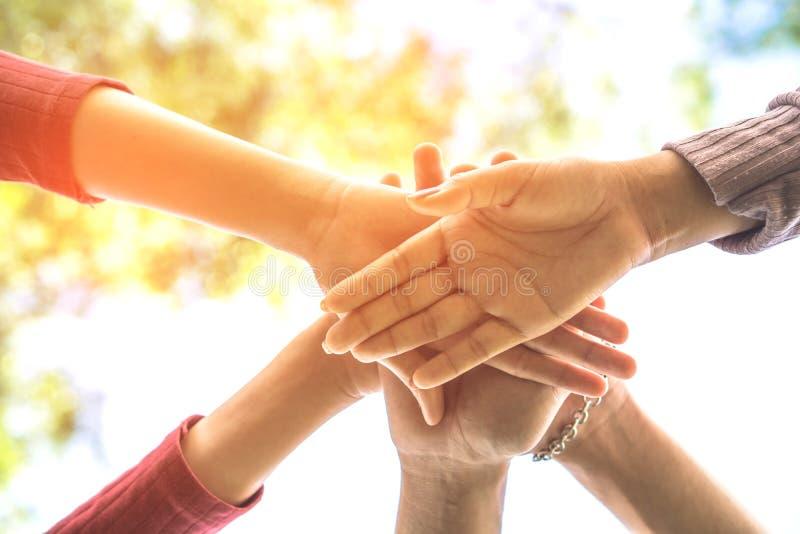 Hand som tre tillsammans rymmer enhet, affärsteamwork, kamratskap, begreppsbakgrund royaltyfria foton