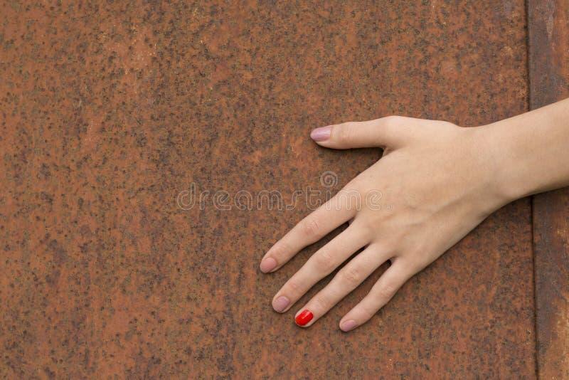 Hand som trycker på red ut Rusty Metal Texture royaltyfri bild