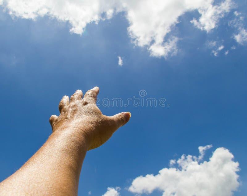 Hand som ut når in mot himlen royaltyfri fotografi