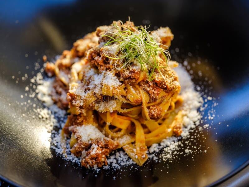 Hand tillverkade italienska pasta med ost royaltyfri bild