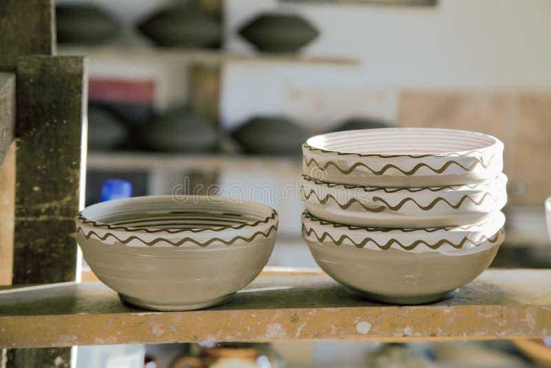 Hand tillverkade keramiska bunkar royaltyfri fotografi