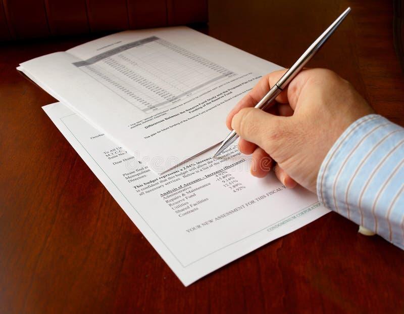 Hand und das Etatdokument lizenzfreie stockbilder