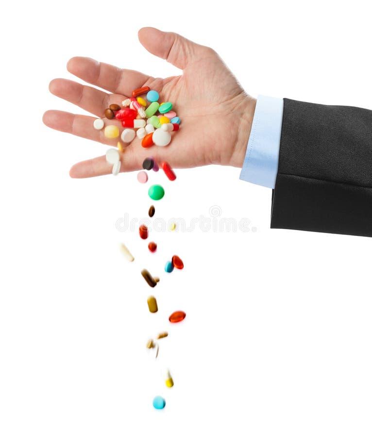 Hand und fallende Pillen lizenzfreie stockfotos