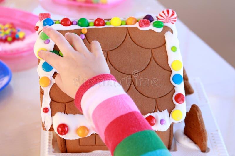Hand- und Lebkuchenhausfragment lizenzfreie stockbilder
