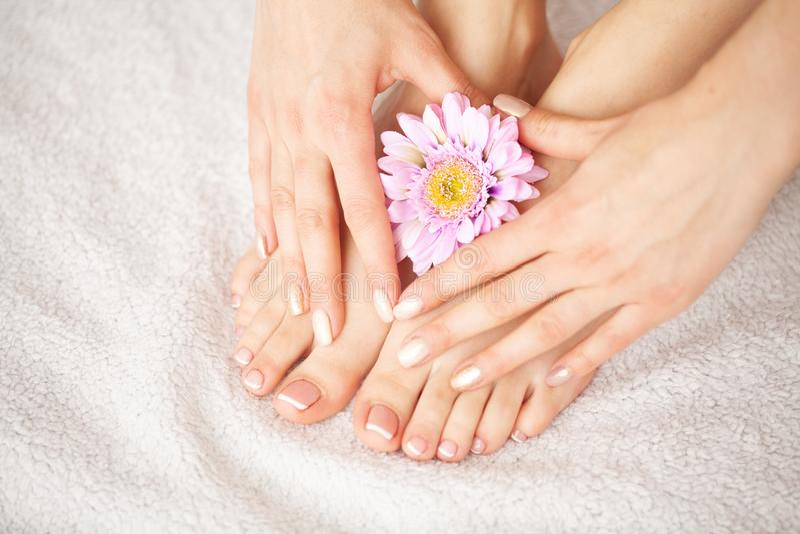 Hand-und Nagelpflege Schönheiten ` s Füße und Hände nach Maniküre und Pediküre am Schönheits-Salon Badekurortmaniküre lizenzfreie stockfotografie