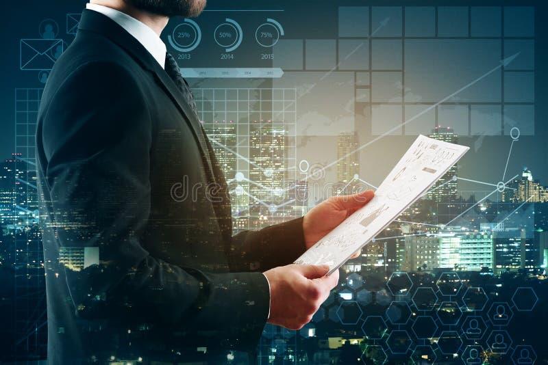 Hand und Rechner getrennt über weißem Hintergrund lizenzfreie stockfotos