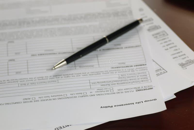 Hand undertecknad försäkring arkivbild