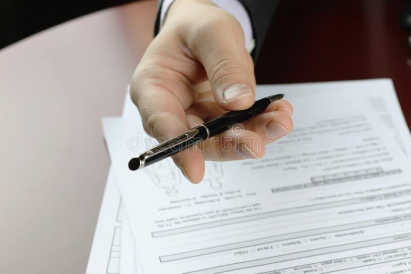 Hand undertecknad försäkring royaltyfri foto